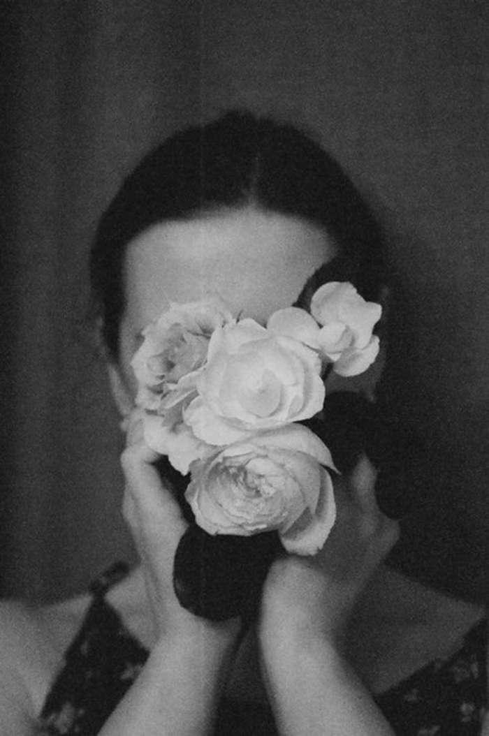 Девушки с цветами черно белое фото