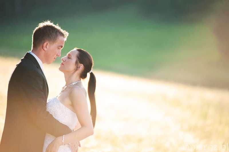 zdjęcia po ślubie w strojach ślubnych